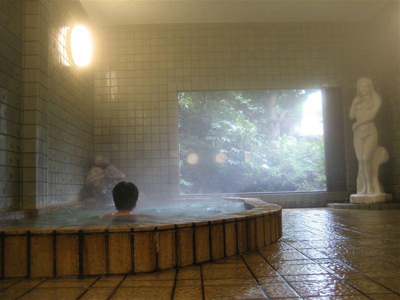美女に見られての湯浴みです。