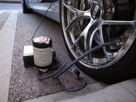 M3のパンク修理。<br /> 釘程度のパンクなら、修理は簡単でした。<br /> 空気入れるのと同じです。<br /> スペースも必要ないので、タイヤ交換より数倍楽ちん。