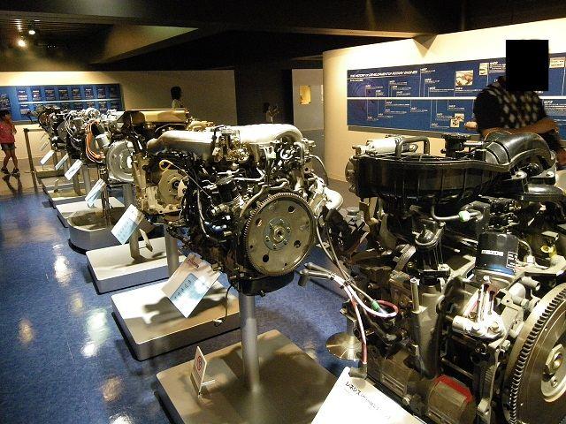 歴代のロータリーエンジンもしっかり展示されています。コスモスポーツのエンジンがレネシスや13Bに比べて格段に小さい事にビックリしました。<br /> <br /> こりゃ小型・軽量なわけだよな・・・<br /> カバンにしまって持って帰れそうな大きさですよ^^;