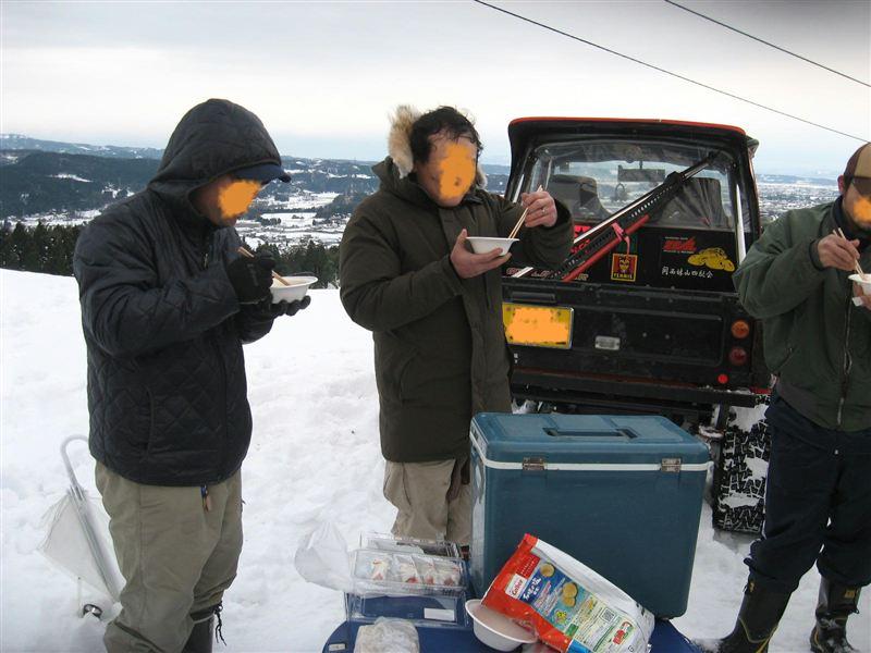 ここで、ツよシさんが、準備して頂いた雑煮を!!<br /> <br /> 心まで冷え切った身体に、暖かい雑煮!!  うまい!!<br /> <br /> メンバー差し入れ、いちご大福!!疲れた身体に最高!!<br /> <br /> 歩いて上がってきた地元女性2人と、記念(危険)撮影して、スキー場麓に。<br /> <br />   初詣から帰って、一時間位の仮眠で参加!!参加したかいがありました。<br />   眠気も吹っ飛ぶアタックでした。<br />   <br />