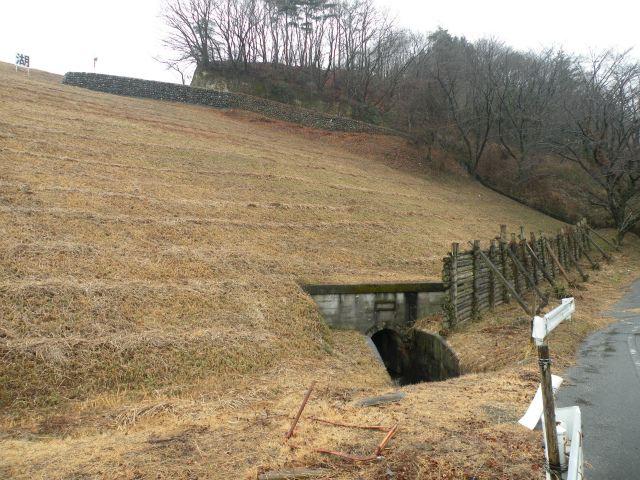 奥に見えるのが洪水吐からの水路<br /> <br /> 手前のトンネルは取水設備からのお水?<br /> この辺のアースダムはトンネルが好きらしい