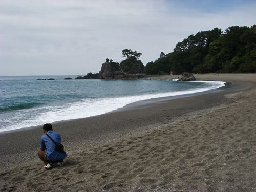 桂浜、波を撮っていると後ろで嫁が私を激写。<br /> 下向いて悩んでいるわけではありません(笑)