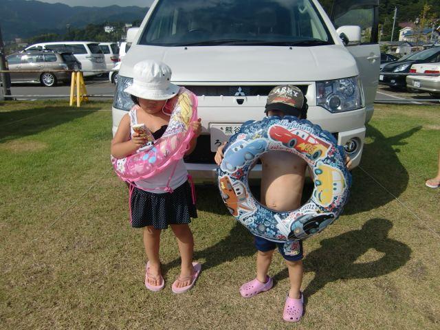 13日、晴れてくれましたー!<br /> <br /> もちろん>海へGO!(長浜海水浴場が車5分)<br /> <br /> 駐車料金¥1000円 (お盆期間中)<br /> <br /> ワンタッチタープ&折りたたみ机を設営 (強風でしたが砂袋でカバー)<br /> <br /> 2時間ほど楽しみ、海の家で休憩していると・・・雨orz<br /> <br /> ということで、無念の帰宅。<br />