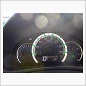 エコ運転になるとメーターがグリーン色に。<br /> <br /> 発電中は左上の充電マークも点灯!<br /> <br /> 楽しいのでついメーター見てしまいますね、運転中は前方をしっかり見ましょう(笑)。