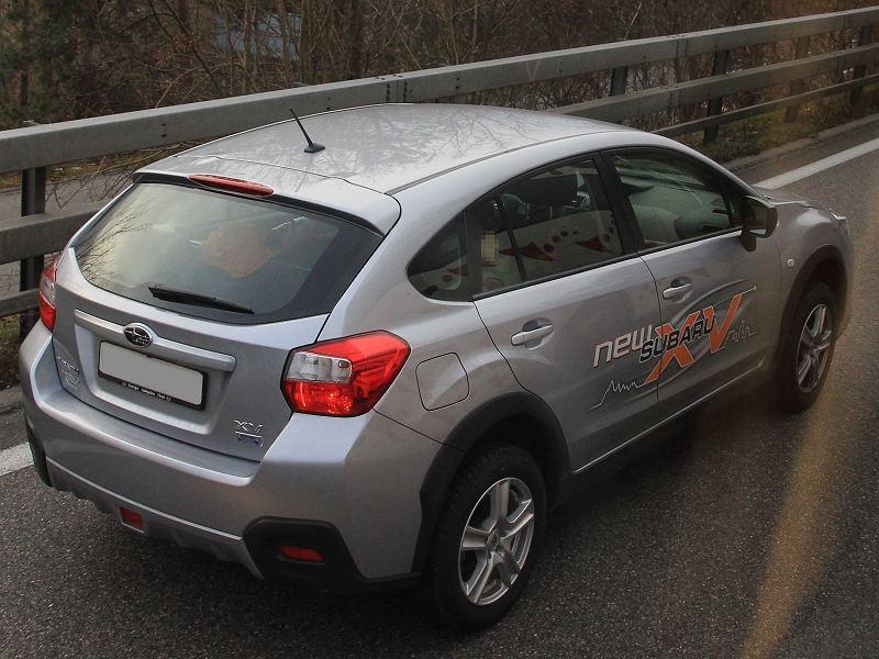 GPスバルXV スイス国内にて<br /> 後部座席には子供も乗っていましたが、試乗車でしょうか?<br /> 偶然なのか同行なのか、後ろにいたのが上のレガシィです。<br /> よく見たら、「XV」の下には「BOXER DIESEL」のエンブレムが!