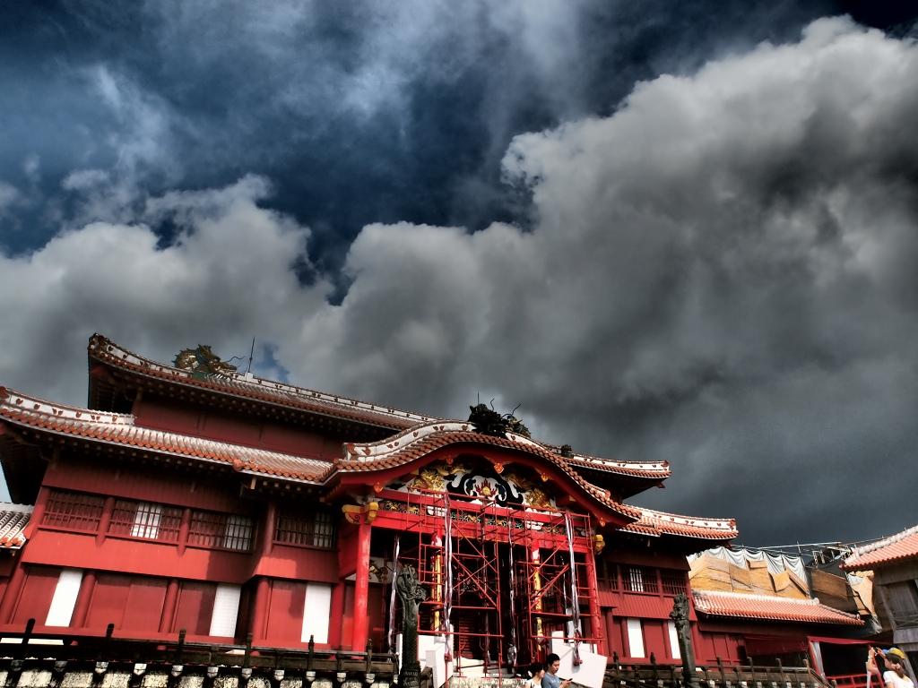 本殿(アートフィルター「ドラマチックトーン」)<br /> <br /> 太平洋戦争の沖縄戦でほぼ跡形もなく破壊しつくされ、戦後は首里城跡地に琉球大学が作られるなど、歴史からほぼ消えかけていた首里城。<br /> しかしその後、1980年代に琉球大学が移転したので首里城の復元が始まったという。
