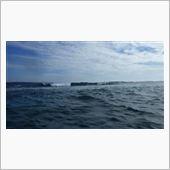 天気晴朗なれど波高しwww<br /> 台風20号の影響で波が出はじめていて、海中の魚でさえ流されてる始末。<br /> ひたすら波に逆らうので精一杯で、とても潜って撮影・・・という状況じゃなかった(´Д`)<br /> 今後さらに波は高くなるだろう、ということで泳ぐのを諦めることに。<br /> <br /> 動画<br /> 【和歌山県串本町 2013年9月21日 20130921150138 WG 3 - YouTube<br /> http://www.youtube.com/watch?v=Ck-S4e11DbE】