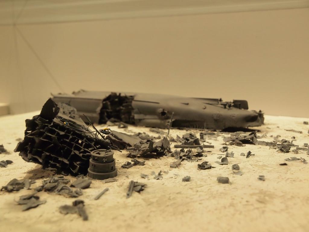 戦艦大和の沈没地点の様子を再現した模型。<br /> なんとも無惨。<br /> <br /> 沈没時の予想CGが動画で再生されていたけど、軍艦がひっくり返ると砲塔ってすっぽり抜け落ちるのだと知った。<br /> なので沈没した大和は、主砲塔が入っていた穴がポカーンと空いたままになっている。
