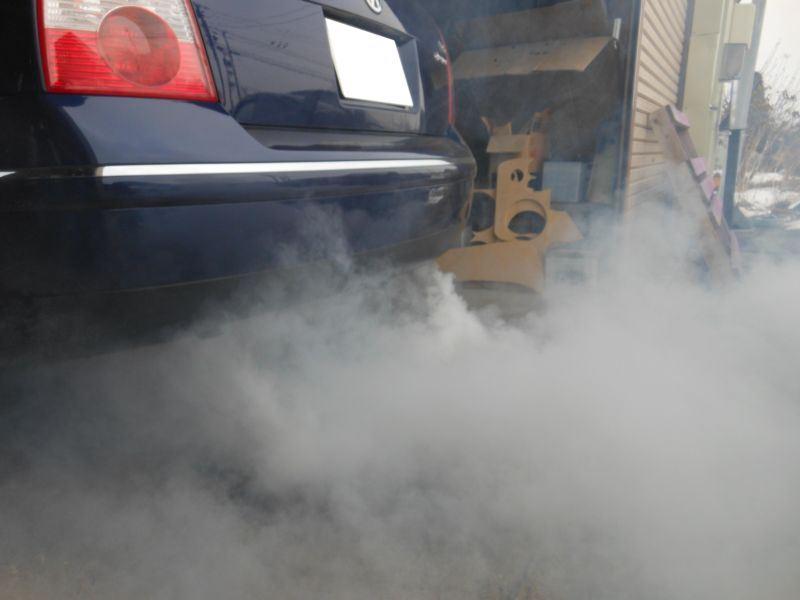 このお車は特にアクセルの踏み込みが少なかったため<br /> こんなにも白煙が上がっております<br /> 白煙の正体は燃焼したエンジン内部に付着するカーボンです