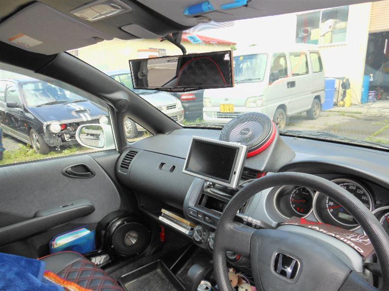 車内にはセンタースピーカー搭載<br /> ピラーにはツィーターをインプット<br /> 各種ルーフ、ピラーからあらゆる面をレザー施工<br /> シートカバーもオーダー品です