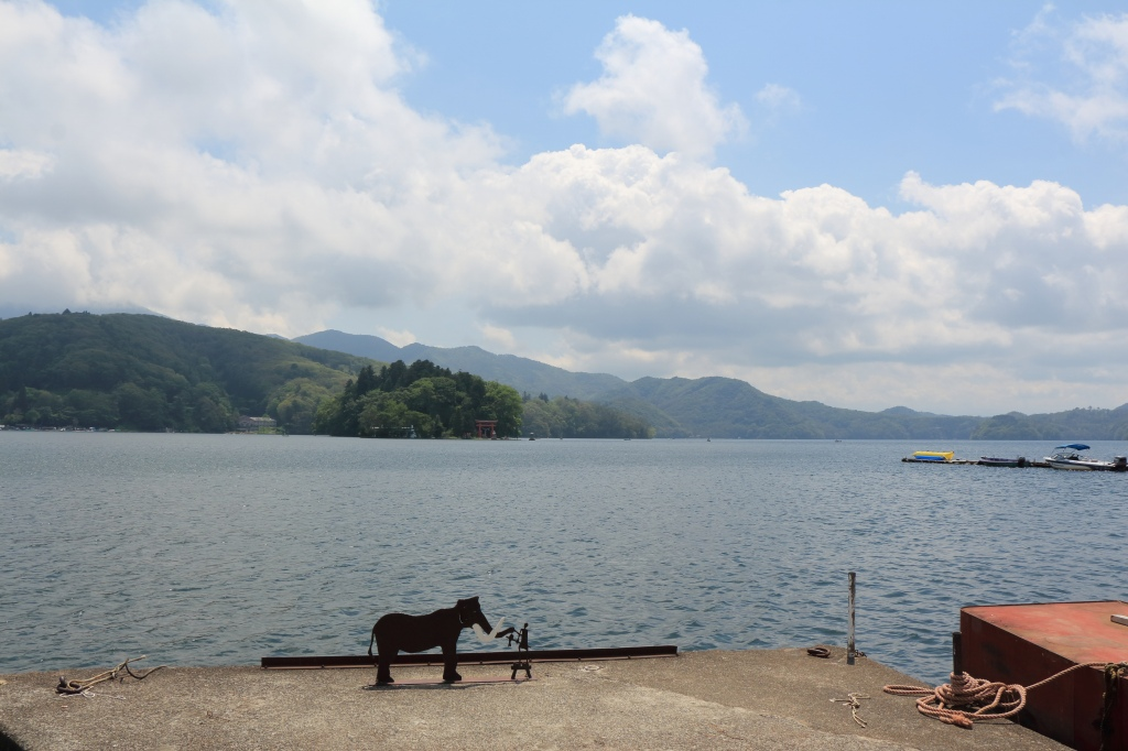 野尻湖の弁天島と<br /> 桟橋にナウマンゾウをイメージした置物がありました。