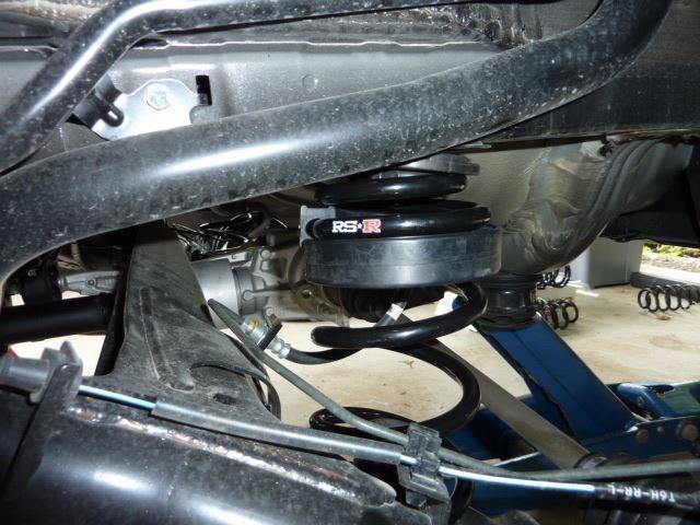 リヤ取付<br /> フロントは写真ありません。すみません。<br /> 取付前のタイヤとタイヤハウス間 F 9cm R 8.5cm<br /> 取付後 F 7cm R 7cm になり F -2cm R -1.5cm になりました。<br /> ホイールの締め付けトルクを108Nmで締めヘッドライトリセットをして終了です。<br /> <br />
