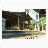 神社の拝殿の中に狛犬が。