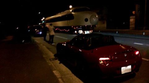 深夜の0系新幹線のお引っ越し。<br /> 愛車を入れてスマホ動画撮影。<br /> その動画からのスナップショット。<br /> なかなかのコラボでしょ。(^^)<br />