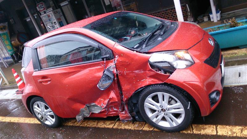 当方の写真<br /> 右側フロントフェンダーと運転席ドアのの損傷。<br /> 改めて見るに、よく正面衝突避けたな…<br /> 相手側のスピードで正面衝突だと<br /> かなりヤバかったかもしれません。<br /> <br />