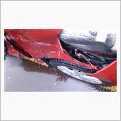 当方の写真<br /> 右側フロントフェンダー損傷具合<br /> タイヤとフェンダーほぼ接触。<br />