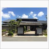 この日も天気は絶好調。痛いくらいに照り付ける太陽で、走っているだけで全身汗ダクになります。<br /> キャンプ場の撤収の段階で、既に汗をかいていたこともあり、予定はしていなかったのですが、勢和多気ICで紀勢道を降りて、昼食も兼ねて松阪市にある松阪温泉 熊野の郷という温泉施設に立ち寄ります。<br /> どうせ温泉入ったところで、家にたどり着くまでにまた汗まみれになるんですけどね・・・