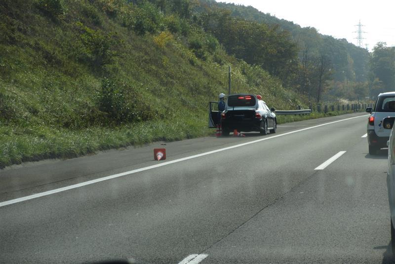 今日の11時頃、札幌南の料金所抜けて<br /> フル加速した先に大渋滞<br /> どっひゃあぁぁぁぁ!!!((・`Σ´・ノ;)ノ<br /> 皆さん右車線に避けている?<br /> <br /> と、右車線の先に車が1台止まってるし<br /> 対向車線側にもパトカー数台が(・∀・ii)タラー…<br /> 事故か…?