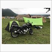 宗教団体&ジープのイベントをやっていたせいで、テントを張れる場所が限られており、思ったよりたくさんのキャンパーがいたため、設営場所に迷いながらも、十分に広いこのキャンプ場ではゆったりとテント&タープを設営することが出来ました。<br /> ちなみに、この日は曇天で、富士山がどこにいるのかさえ分からず・・・