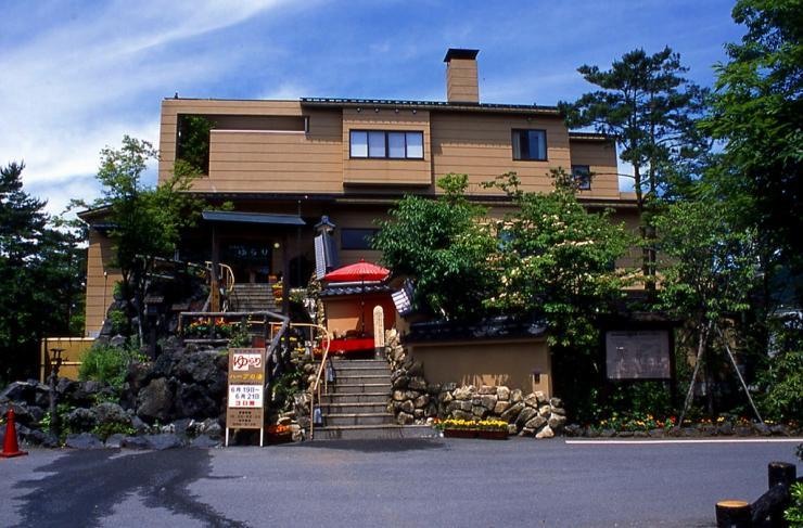 設営後、近くの温泉には魅力を感じなかったため、片道30分近くかけて山梨県は鳴沢村まで走り、富士眺望の湯ゆらりへ行ってきました。<br /> ただ、1500円も払ったのに、キャンプ場で日没後は場内走行禁止と聞いていたため、あまりのんびりもできず・・・写真も撮り忘れてしまいましたので、ネットから拝借。<br /> いくつもの湯船があり、時間があれば楽しめそうな温泉だったのですが、慌ただしい入浴で、少し残念でした。