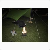 いつもながらのひとりBBQ+刺身で夕食をすませた後は、今回はじめて薪を購入し、秋の夜長をのんびりと焚火タイムです。<br /> 焚火台にしているのがロゴスのピラミッドグリルコンパクトで、かなり小さいため、薪をのこぎりで半分に切って使用しましたが、それなりに楽しめます。<br /> 10時頃にテントに潜り込みましたが、隣に来た若者たちが、遅くにテント設営したり、12時過ぎまでおしゃべりしていて、ちょっとイライラ・・・<br /> まぁ、その内寝ちゃいましたけどね。