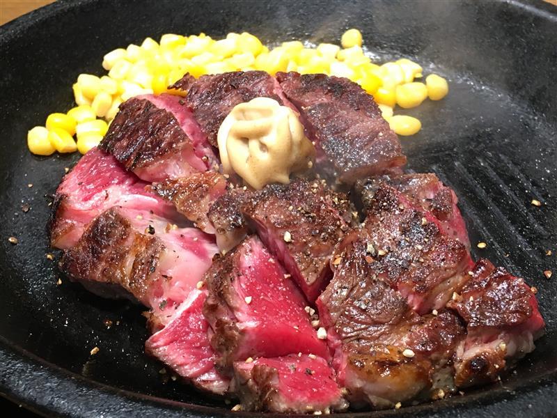 「そういえば、ステーキ屋なのに注文時に焼き加減を聞かなかったなぁ?」<br /> と思っていたら、ステーキが出て来ました。<br /> <br /> なるほど!<br /> 思い切りレアの状態で出してきて、後は鉄板の余熱で焼け!ということなのですね(^^;<br /> <br /> これなら商品提供も早いですし、お客の回転も良くなるというわけですね(^^;<br /> でも、レアで食べ始めても最後はミディアムになってしまいますが(爆)<br /> <br /> 肉質は……<br /> さすがに夜の部よりは落ちるのでしょうが、それでも簡単に食べられる柔らかさでした(^^;<br /> <br /> ナニより、コレだけの量をお昼に食べても胃もたれせずに、夕飯にまたお腹が空くと言うことは、脂肪が少ない良いお肉という事だと思います(^o^)