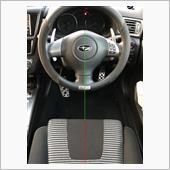オフセットアダプターで15mm左側に寄せた結果です。<br /> 見ての通り、ほとんどステアリングセンターとのズレはありません。全く違和感なく運転できます。<br /> 真ん中に座って運転できるのは気持ちいいですね。良い商品だと思います。