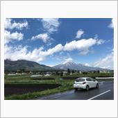 雨上がりの黒姫山とPEUGEOT 208