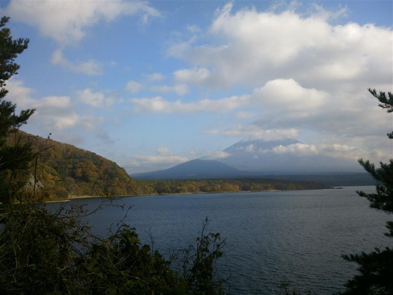 本栖湖より富士山を望む