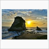 省島(夫婦岩)の朝日<br /> 台風19号でここの 砂浜が 無く成ったそうです。