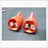 足首関節はスネ下部にポリキャップの軸が仕込んでありました。<br /> 通常のガンプラは足首に軸を作るので、画像の方法だと可動範囲が少し狭くなります。<br /> あまりいい方法とは言えないですね。<br /> <br /> 接着剤の経年劣化でポリキャップ固定用のプラ材が剥がれていたので、画像のようにエポパテで固定しました。<br /> 同時にスネ両側のパーツもつなぐような感じでエポパテ固定を追加しました。