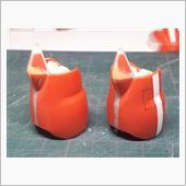 膝アーマー切断後、間にエポパテを挟んで形状を整えました。<br /> <br /> この後もう少しスネ部にディテールを追加します。