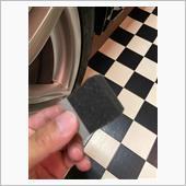 ボディと異なりホイールは塗装面が平面ではないので、Wax施工用のスポンジを小さくカットして塗り込み用に使います。