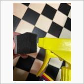このスポンジにWaxスプレーをワンプッシュ。<br /> <br /> ホイールにダイレクトにミストを吹きかけると余計なところに飛散してしまいます。<br /> <br /> このような小さいスポンジですと液剤を無駄なくキレイに塗れます。