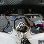 個人製作品(たぶん) 電圧計  USB充電器  マウントブラケット