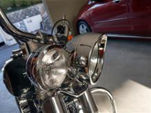 FLSTN Nostalgiaハーレーダビッドソン(純正) 69733-05 ヘッドライト トリムリング バイザーの全体画像