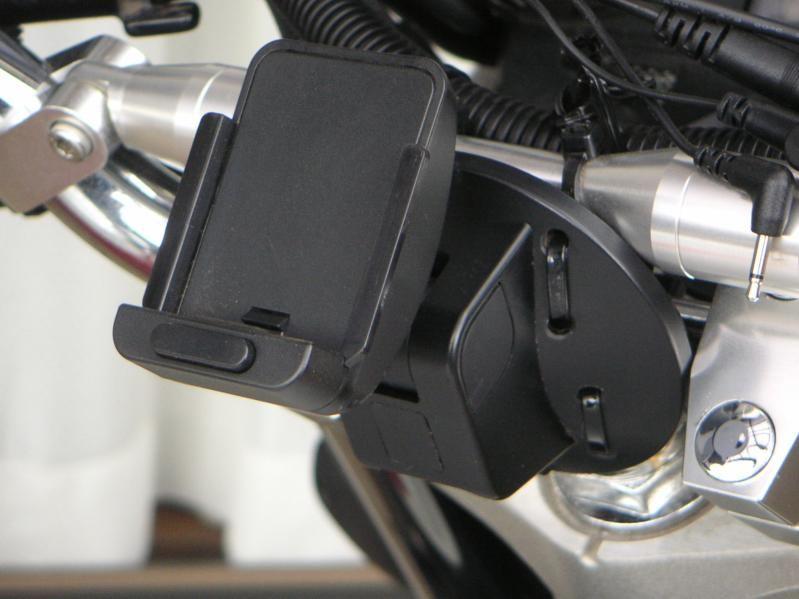 ランエボ10はダシュボードが湾曲していてゴリラ付属の車載用吸盤スタンドCA,PTQ22Dはフィットしません。その為、張付けタイプのスタンド
