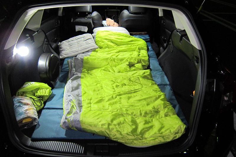 車中泊仕様(実験段階) インプのリアシートで横になる苦行に比べると滅茶苦茶快適でした。