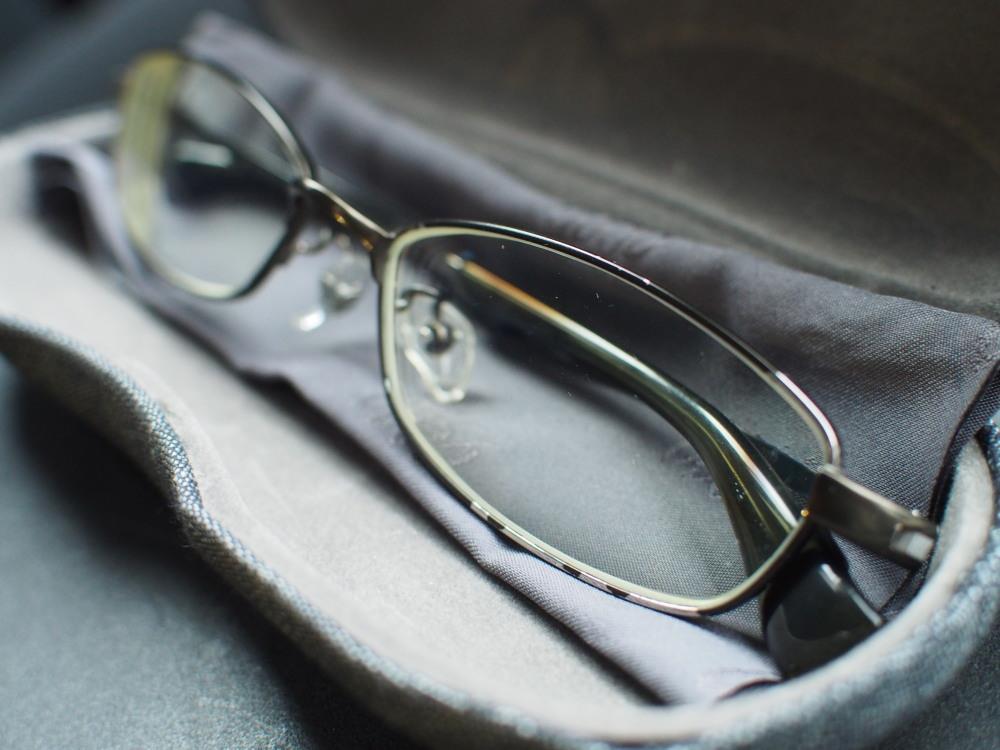 塗装が剥げたメガネ