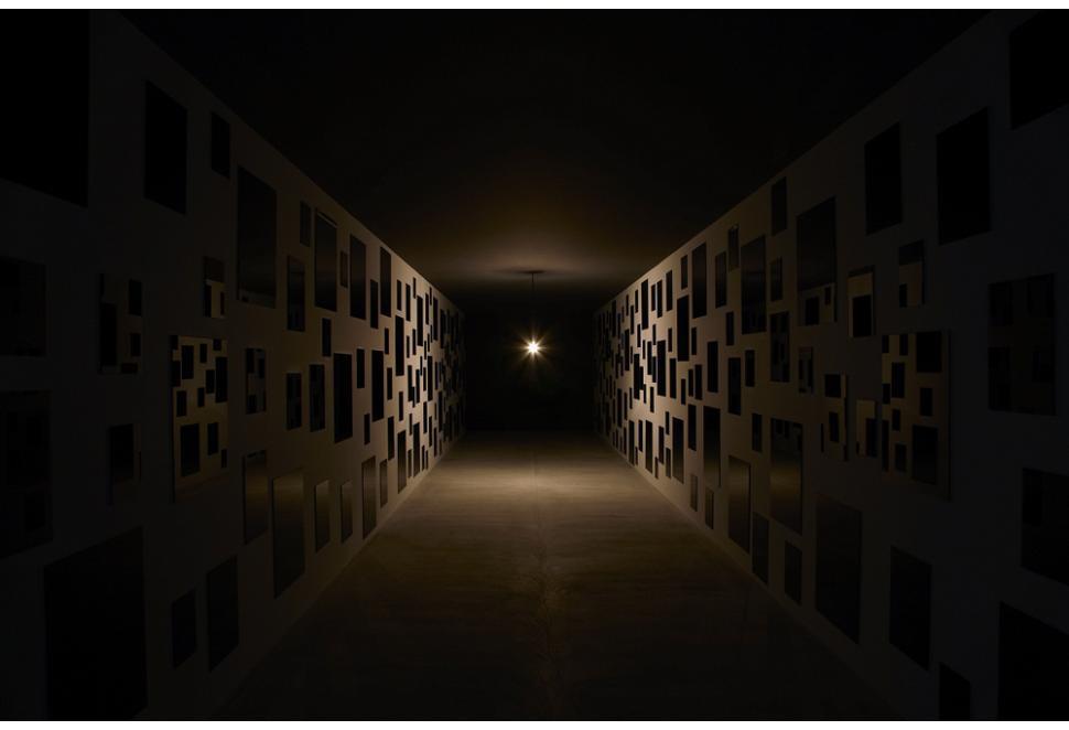 心臓音のアーカイブ。暗い部屋に「ドンドン」と心損音が鳴り響きます