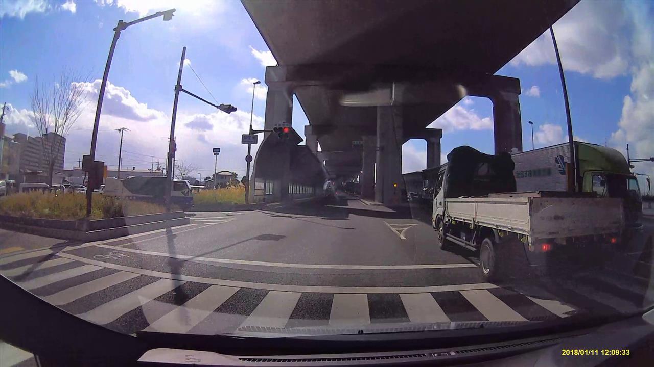緑トラックの対向車が犯人!