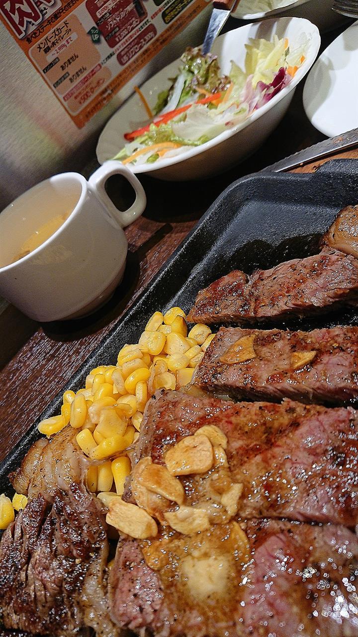 メニューにある謳い文句の通り脂身と赤身のバランスが程良い溶けて無くなるような繊細な霜降り和牛(それはそれで美味いですが) とは対極の肉だ!(゚д゚ )ウマー