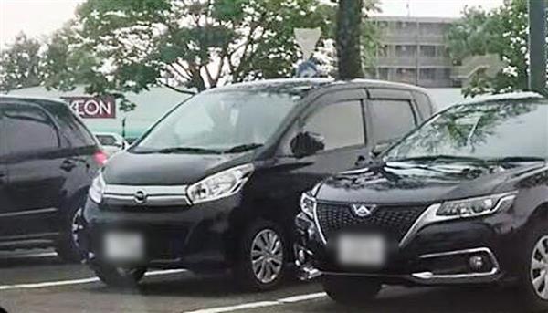 小林容疑者が運転していた乗用車(左)
