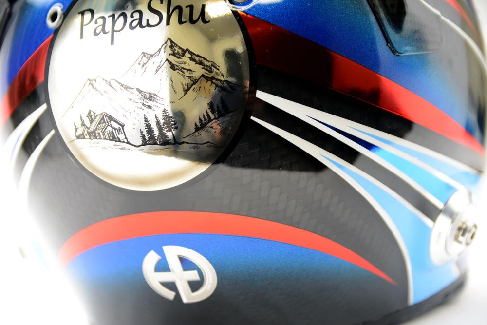 パパシューのロゴ入り、ベル四輪ヘルメット